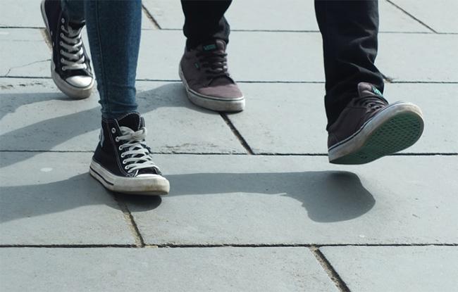 marciapide gente scarpe