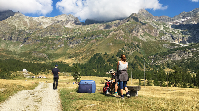 turisti alpe veglia valigie