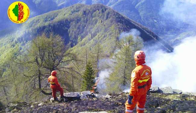volontari aib vigezzo incendio fuoco sterpaglie