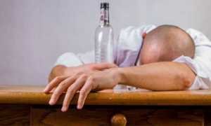 ubriaco tavolo bottiglia